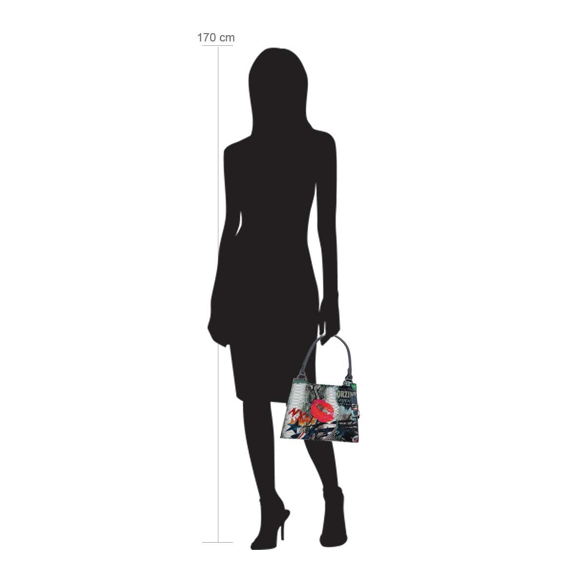 Modellpuppe 170 cm groß zeigt die Handtaschengröße an der Person Modell:Kissmit mini