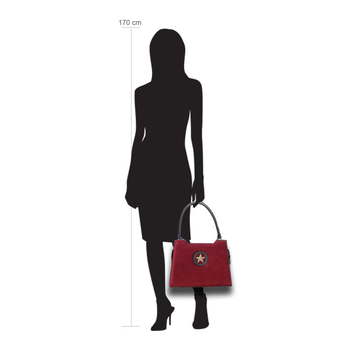 Puppe 170 cm groß zeigt die Taschengröße an . Modell: Paris