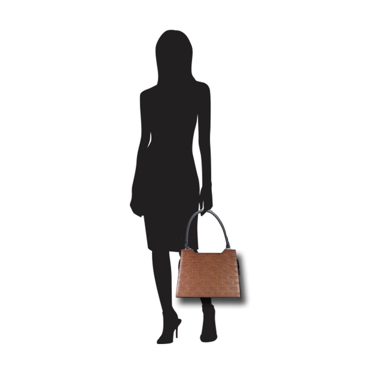 Puppe 170 cm groß zeigt die Taschengröße an . Modell: Nuuk