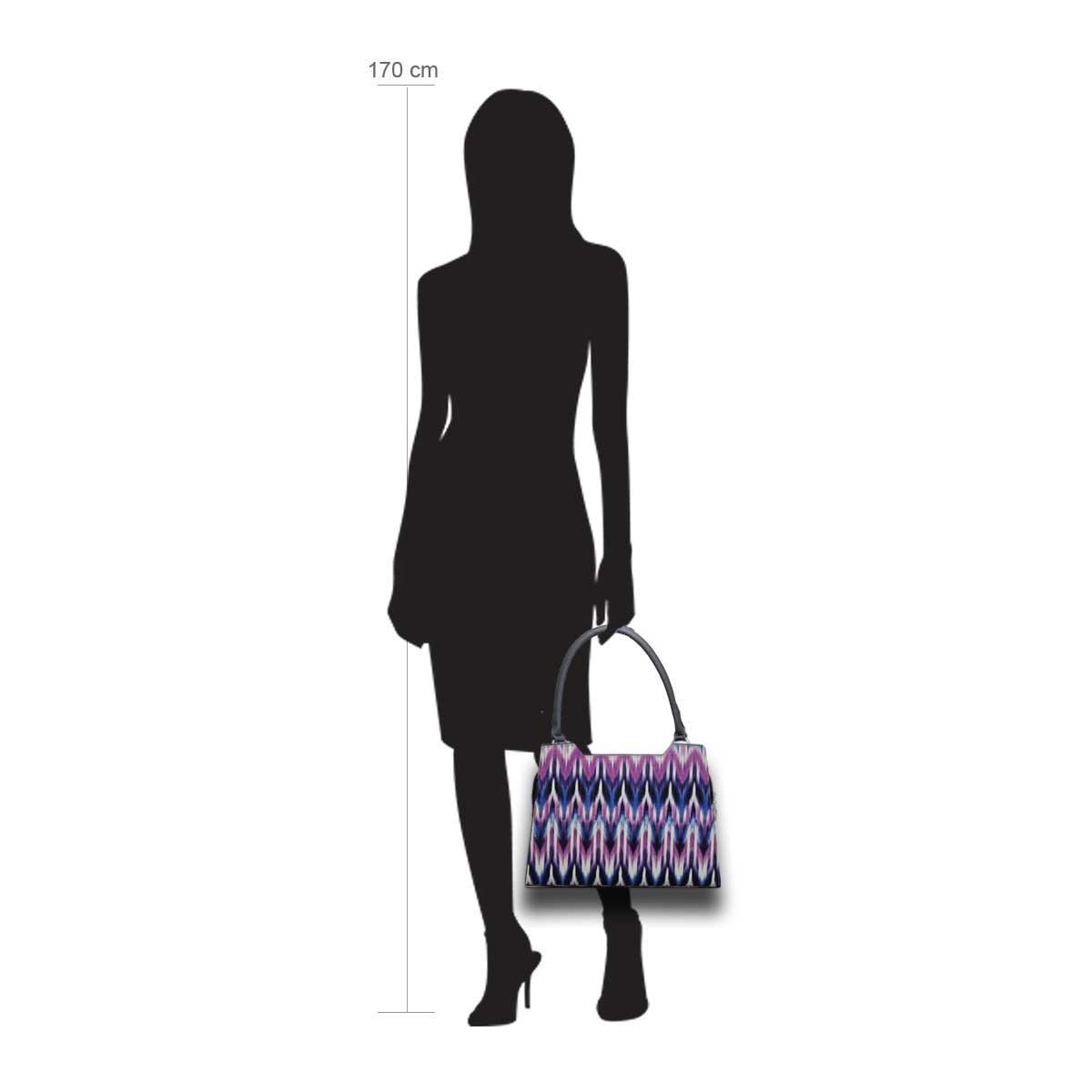 Puppe 170 cm groß zeigt die Taschengröße an . Modell: Niagara