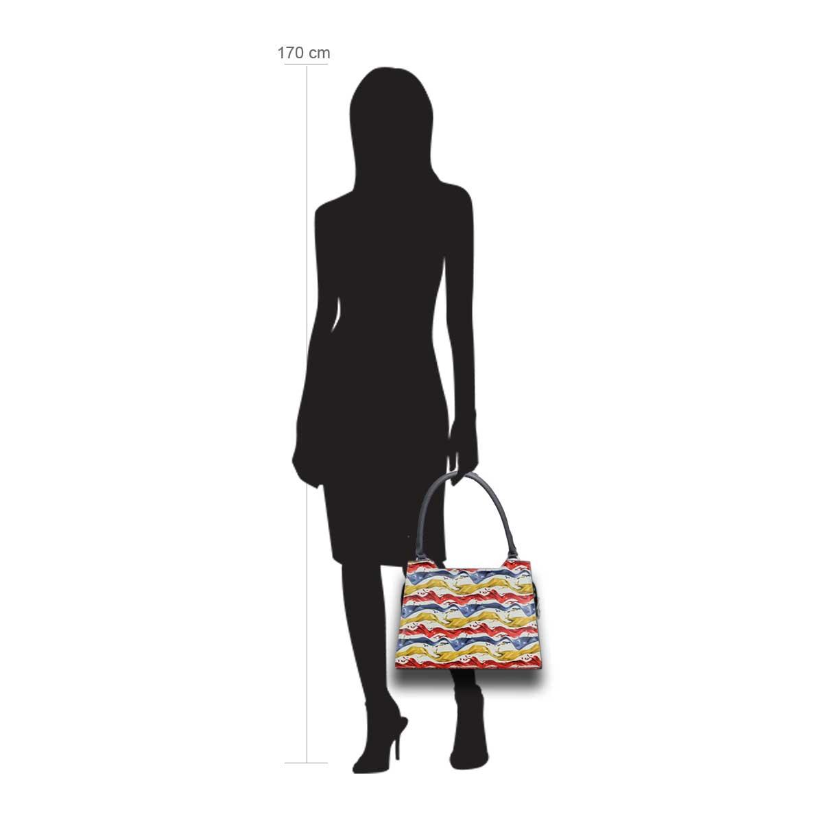 Puppe 170 cm groß zeigt die Taschengröße an . Modell: Kingston